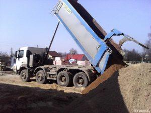 Достака песка самосвалом на обьект